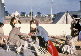 Sant Kirpal Singh distributing Parshad, 1973